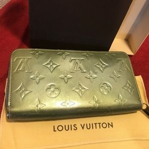 LOUIS VUITTON Green Vernis Zippy Wallet w dust bag